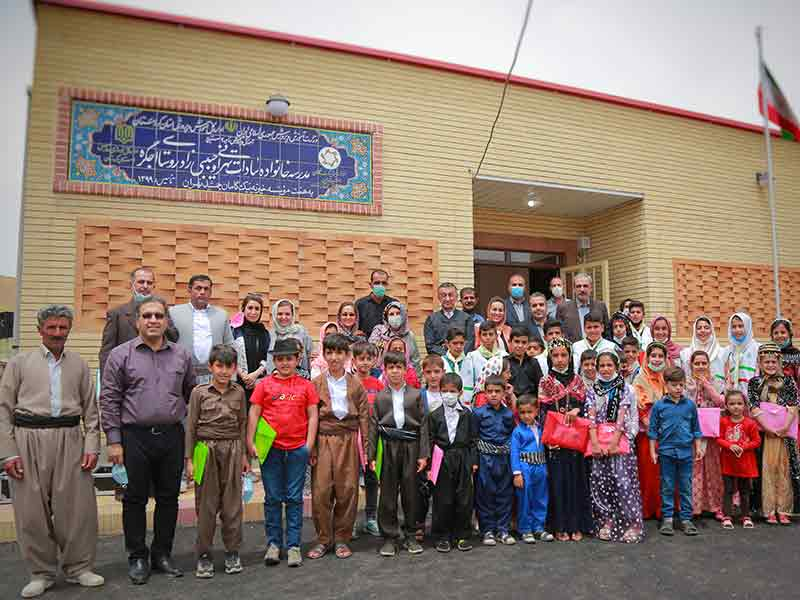 بازدید نمایندگان ارشدِ خیرین موسسه خیریه نیک گامان از مراسم افتتاحیه دبستان نوسازِ چهار کلاسه روستای اجگره، شهرستانِ سنندج، استان کردستان