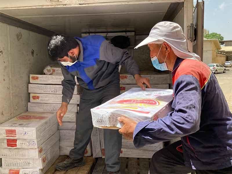 تهیه و توزیع مواد غذایی در بیمارستان های سانتر کرونا توسط خیرین عزیز موسسه خیریه نیک گامان جمشید انجام شد.