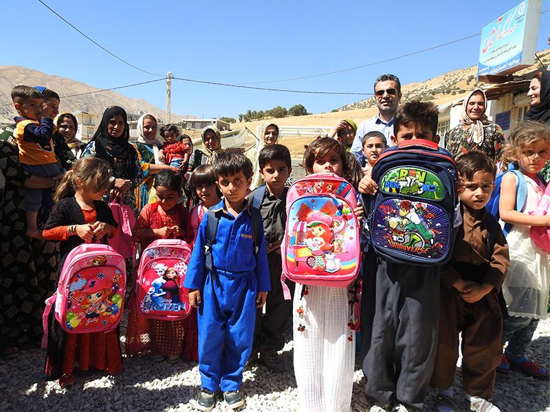 توزیع کوله پشتی و لوازم التحریر میان کودکان روستامهدهای استان کرمانشاه