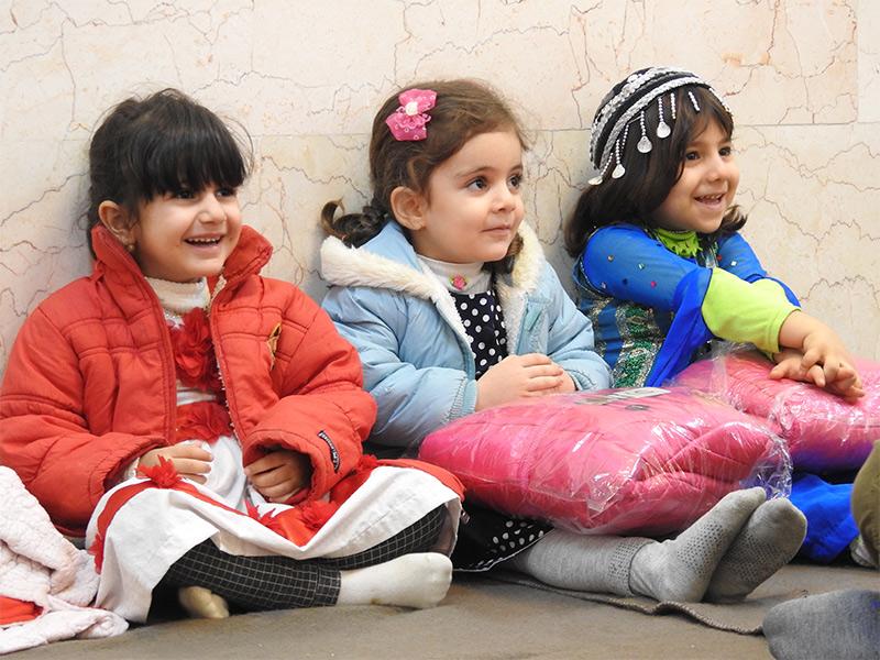 کمپین تهیه و توزیع 1000 عدد کاپشن میان کودکان آسیب دیده از زلزله در روستامهدهای استان کرمانشاه